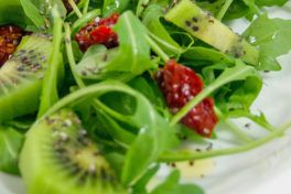 Insalata con pomodorini secchi, rucola e kiwi