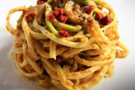 spaghetti di zucchine al pesto alla trapanese con capuliato