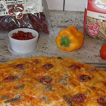 pizza con pomodorini secchi e peperoni