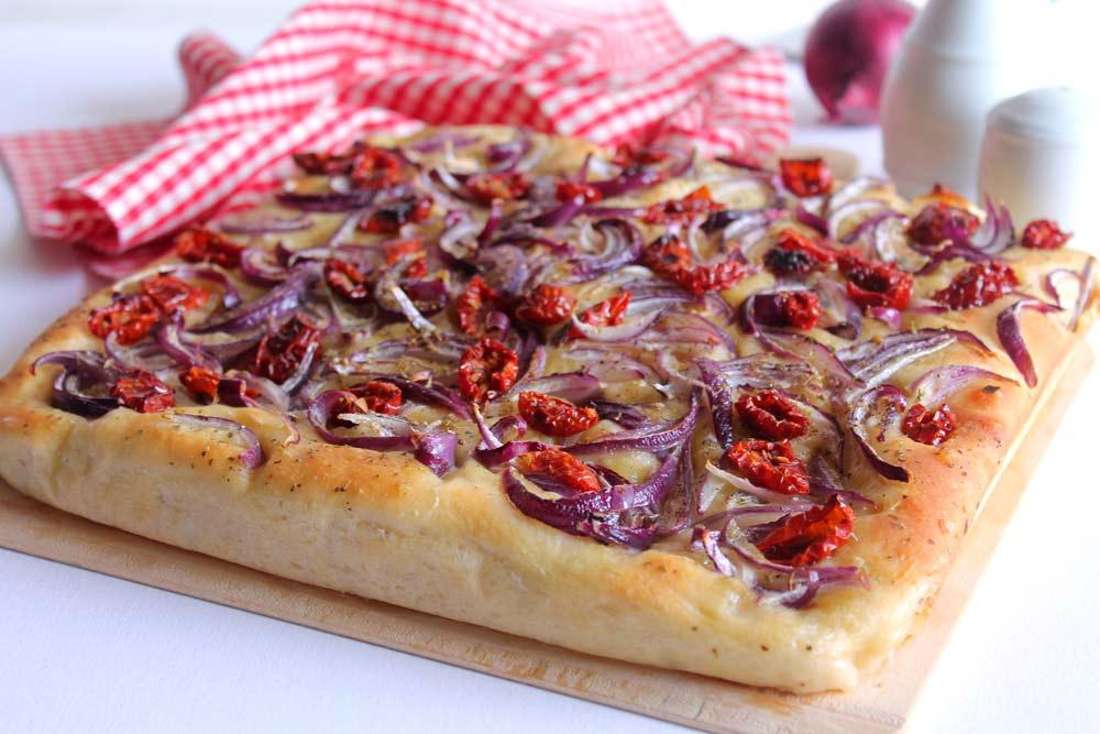 Focaccia con pomodorini secchi bio e cipolla rossa