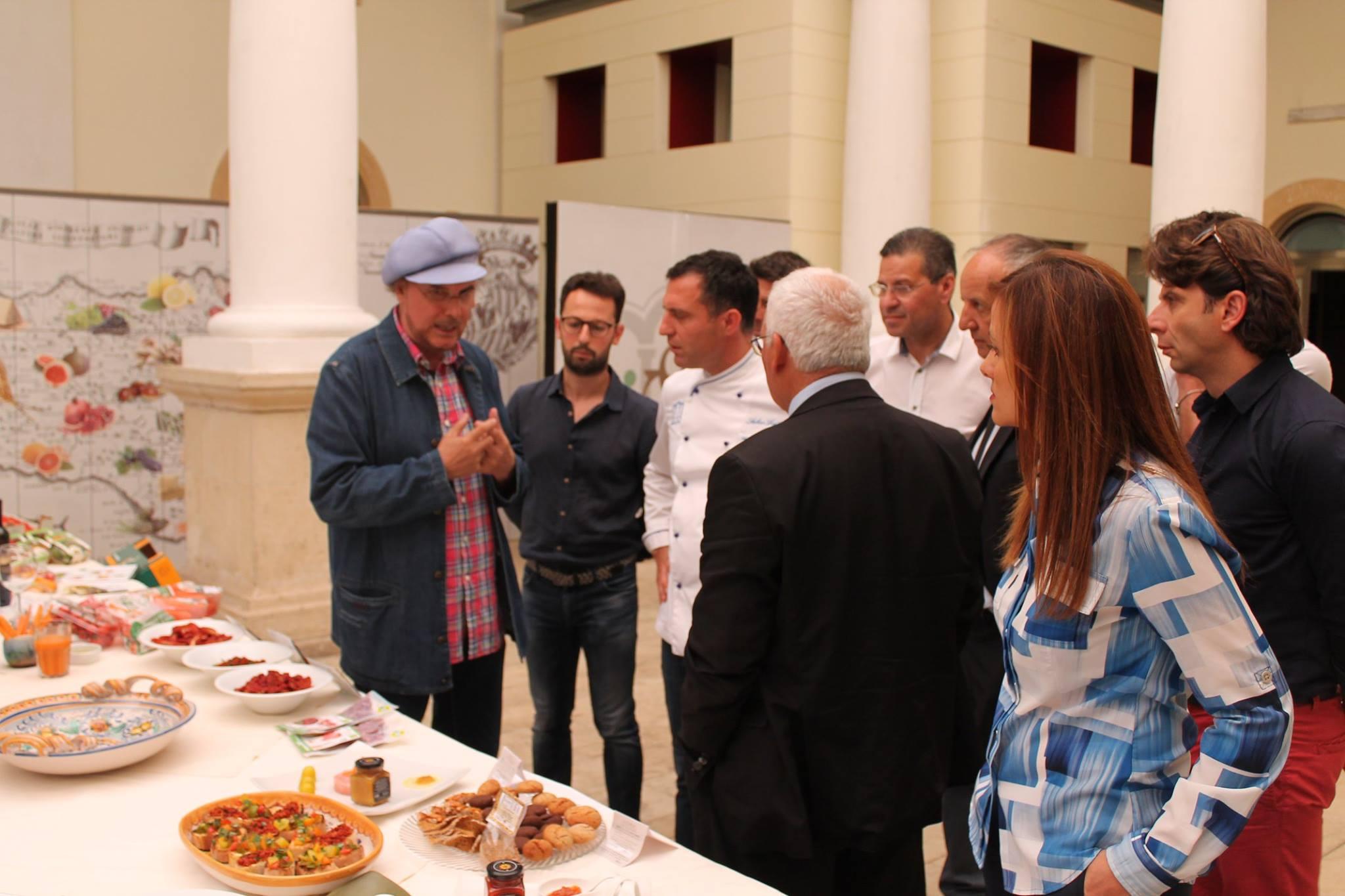 Luca Sardella durante la registrazione della puntata presso Il Mercato di Ispica