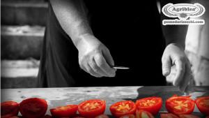 la-nonna-che-taglia-i-pomodori-sul-pianale-di-legno-u-scannaturi