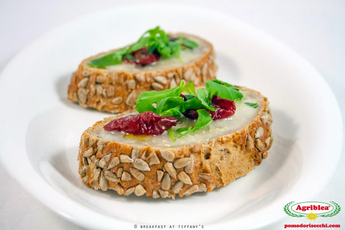 bruschetta-con-pomodorini-secchi-e-gorgonzola