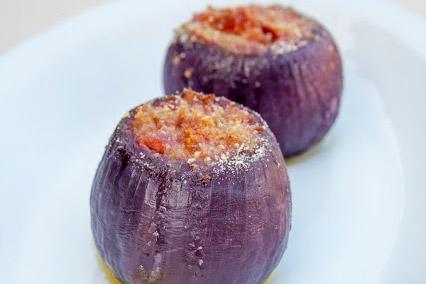 Cipolle-rosse-farcite-con-pomodori-secchi-e-pecorino