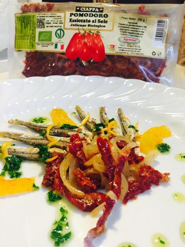 alici al sapore di aceto, juienne di pomodori secchi e cipolle