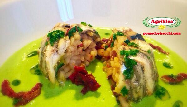 tortino-di-alici-con-risotto-al-pomodoro-secco-agriblea-su-crema-di-piselli