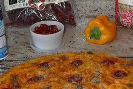 pizza con pomodori secchi e peperoni