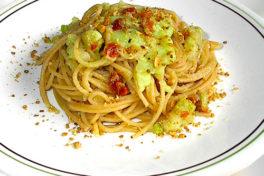 spaghetti con pomodorini secchi, cavolfiore e granella di mandorle
