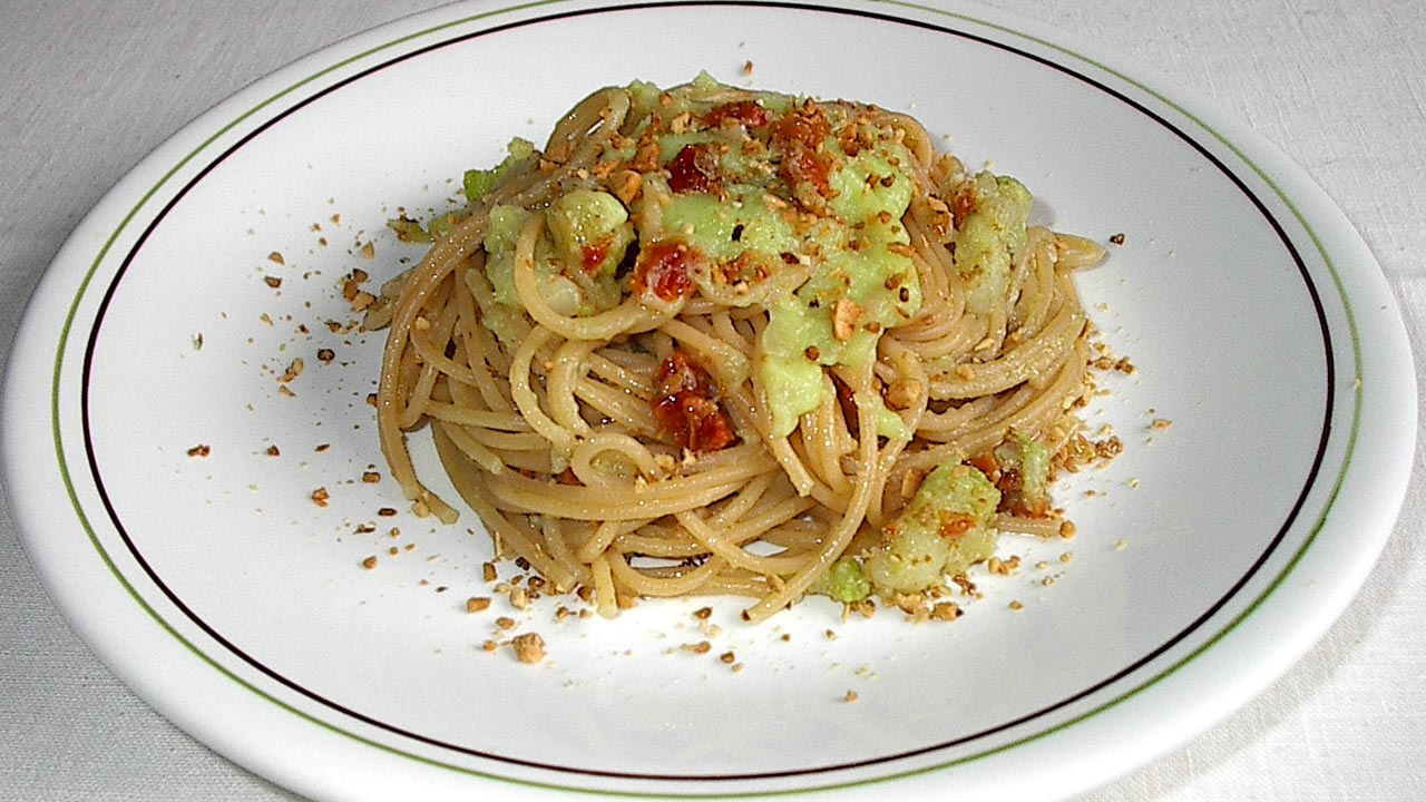 spaghetti pomodori secchi cavolfiore e granella di mandorle