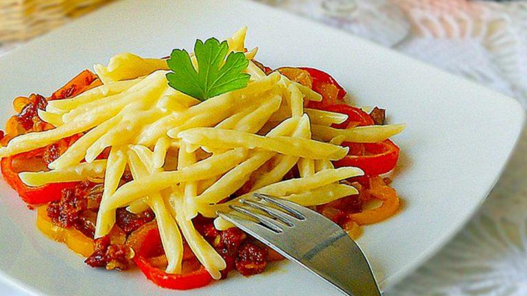 Trofie con foduta capuliato di pomodori secchi tritati e peperoni