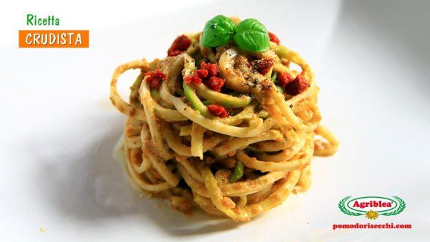 Spaghetti di zucchine al pesto alla trapanese (con pomodori secchi)