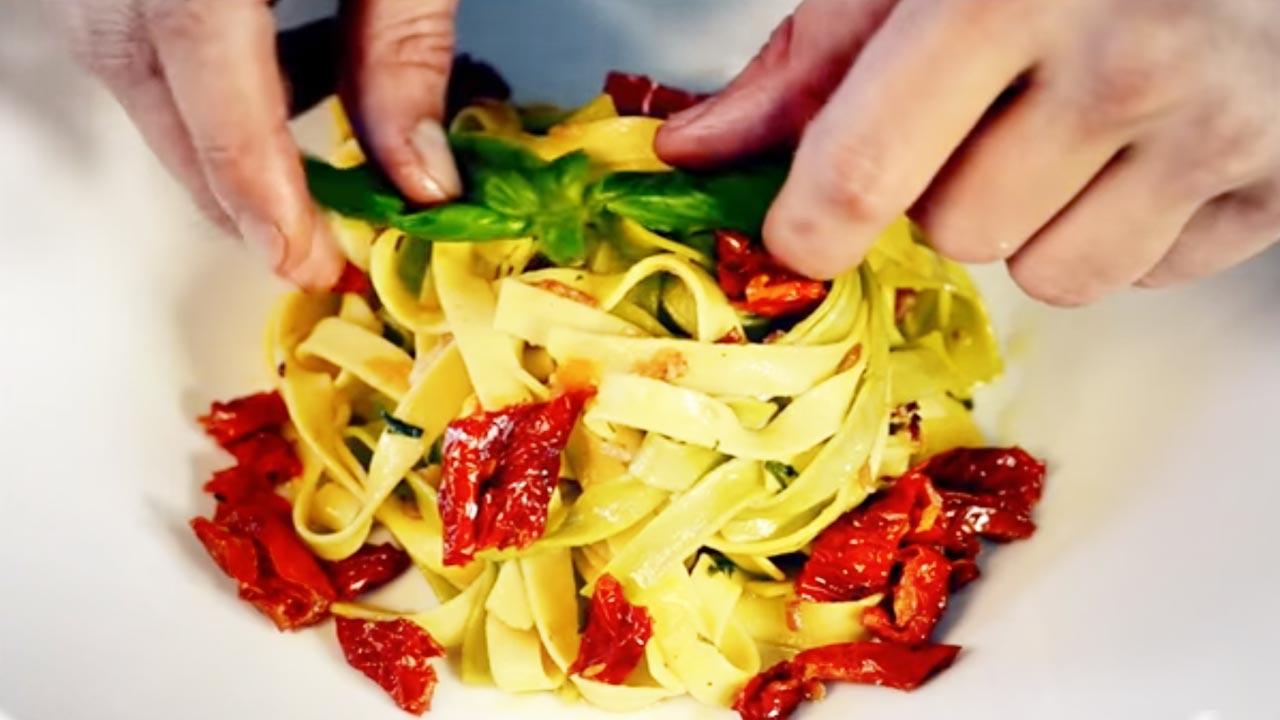Tagliatelle speck e pomodori secchi - Video ricetta