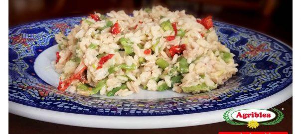 Insalata di riso con pomodori secchi, tonno e fagiolini