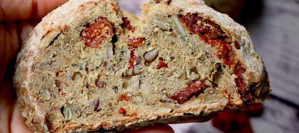 Pagnotta integrale con ortiche e pomodorini secchi bio