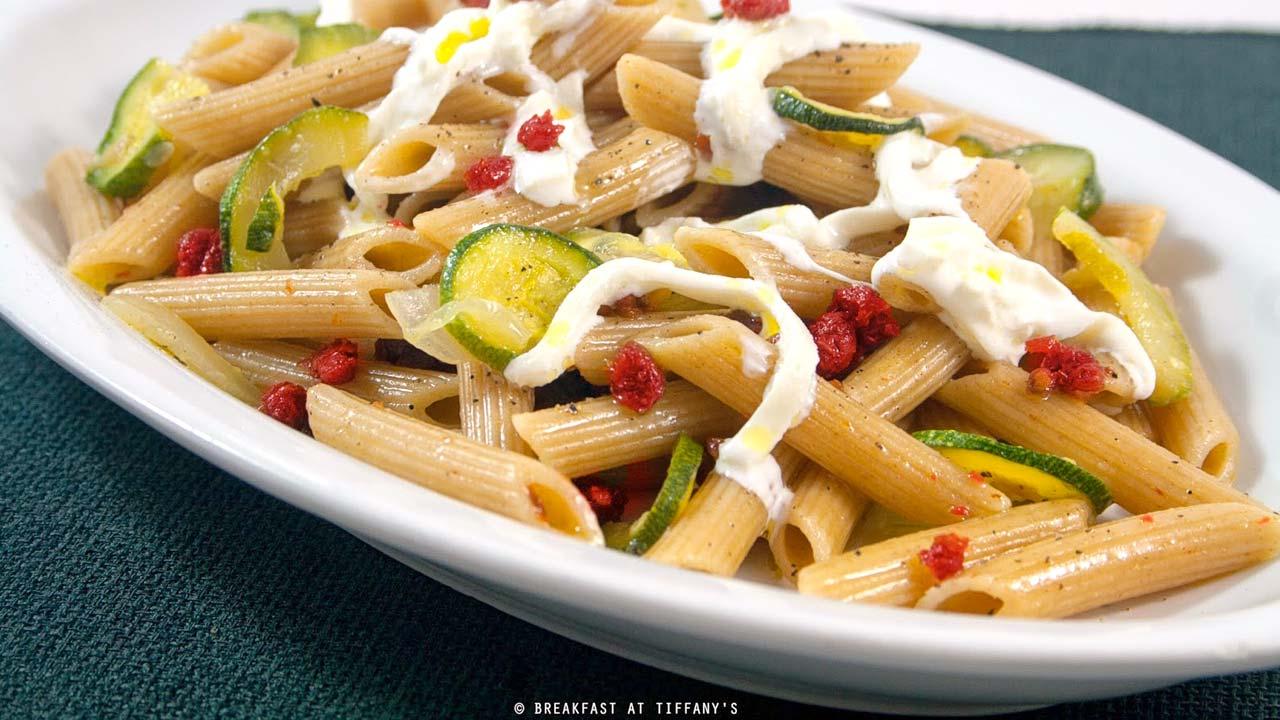 Pasta integrale con burrata e Capuliato di pomodori secchi e zucchine