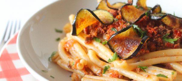 Casarecce al pesto di olive, Pomodori Secchi e Chips di melanzane