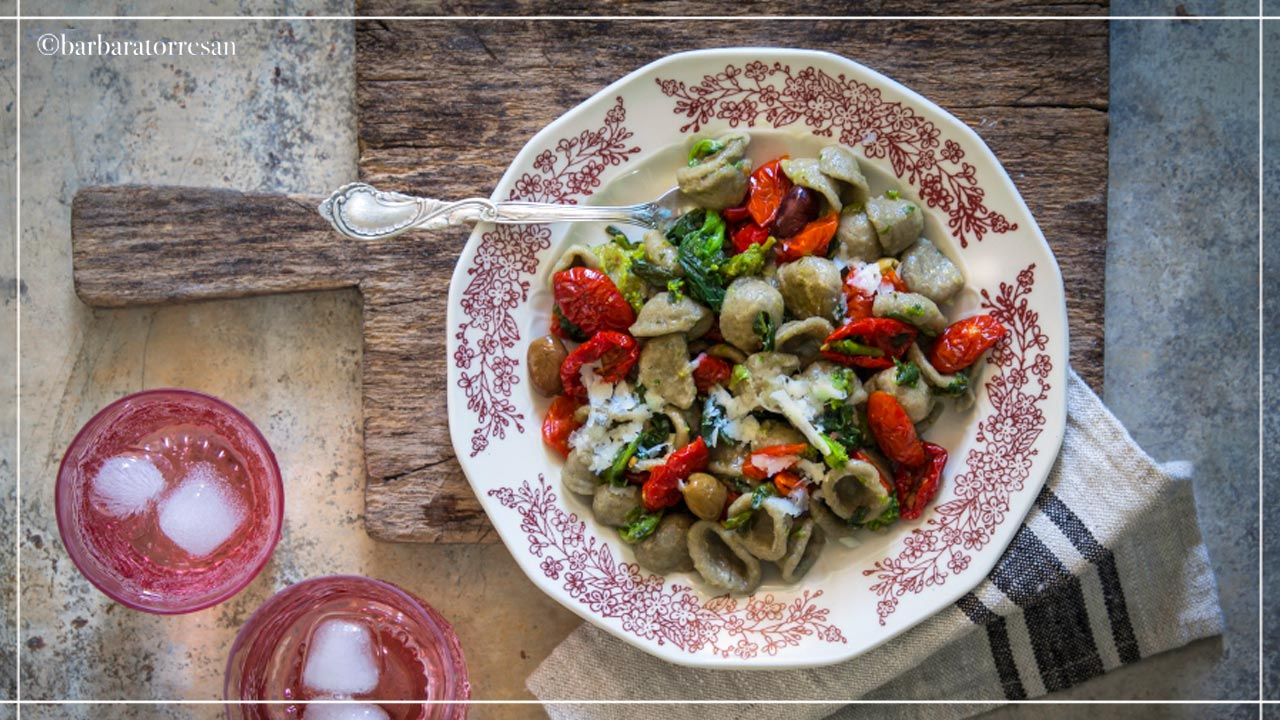 Orecchiette di grano arso, pomodori secchi e cime di rapa