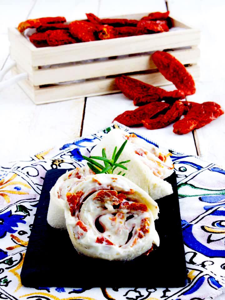 Girelle pomodori secchi bio, prosciutto e formaggio cremoso