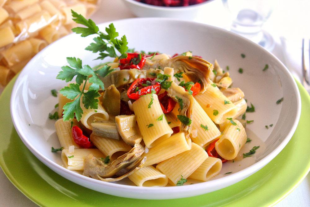 Rigatoni con carciofi, pomodori secchi bio e olive verdi