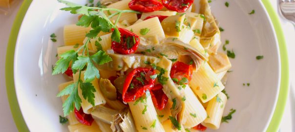 Rigatoni con pomodori secchi, carciofi e olive verdi