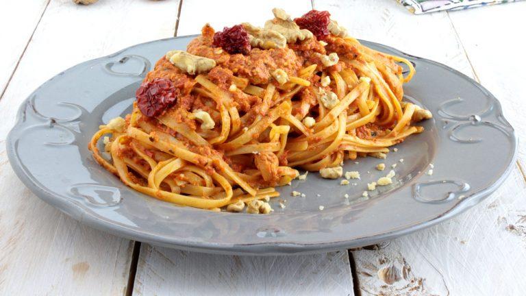Fettuccine con pesto di pomodorini secchi bio e noci