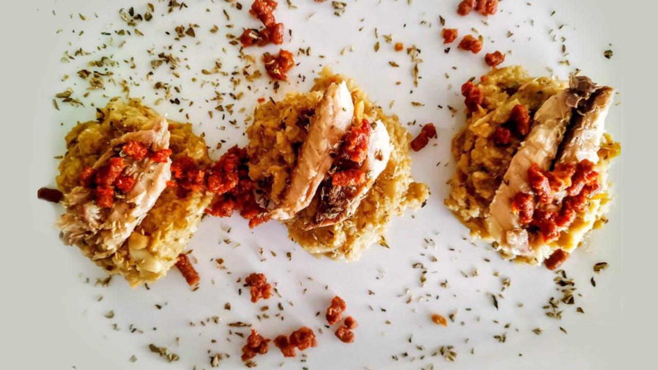Crema di ceci, carciofi all'olio evo con filetti di sgombro e pomodori secchi