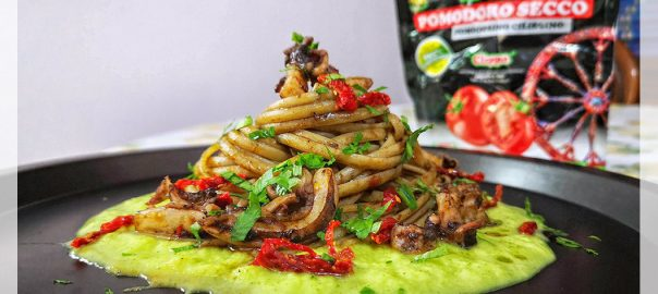 Spaghetti al nero di seppia, crema di zucchine e pomodori secchi bio