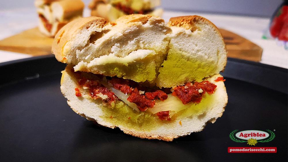Pane condito con capuliato di pomodori secchi