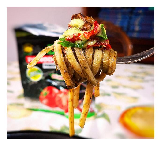 Pasta nero di seppia e pomodori secchi