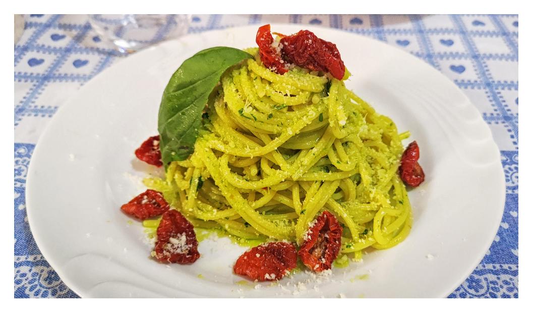 Spaghetti con pomodorini secchi e prezzemolo aromatizzato all'aglio